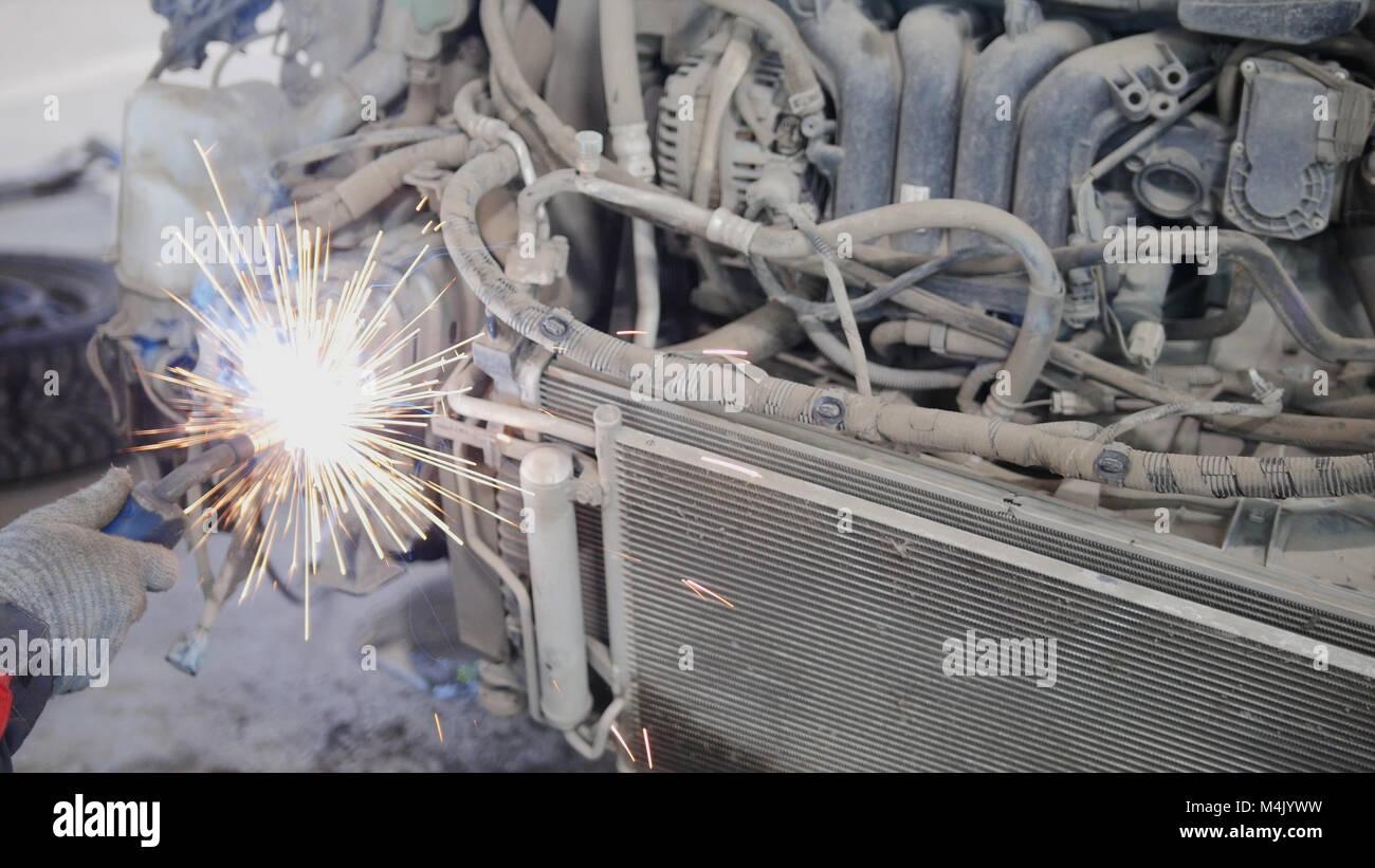 Trabalhador Industrial conceito: Fazer soldagem car auto service Imagens de Stock