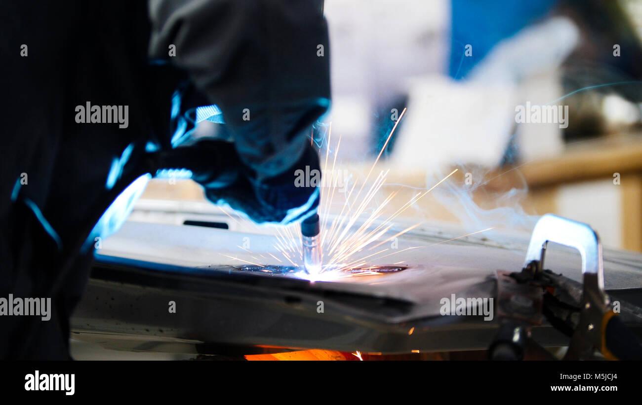 Trabalhador industrial de soldagem: repare detalhe no carro de serviço, perto de Imagens de Stock