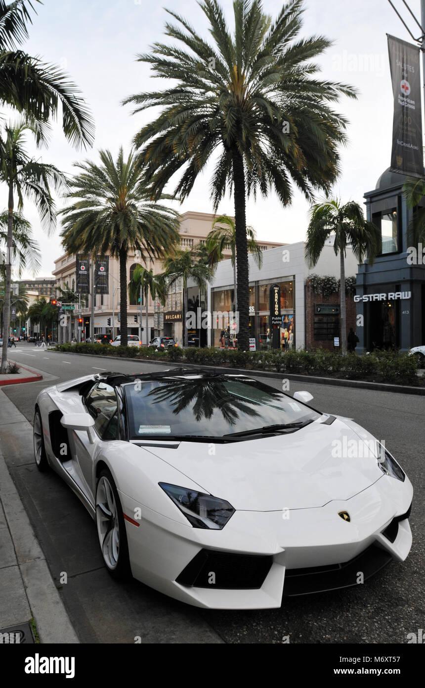 Lamborghini Estacionado Na Famosa Rodeo Drive, No Coração De Beverly Hills,  Califórnia. A Rua é Conhecida Por Seus Produtos De Luxo High End Lojas.