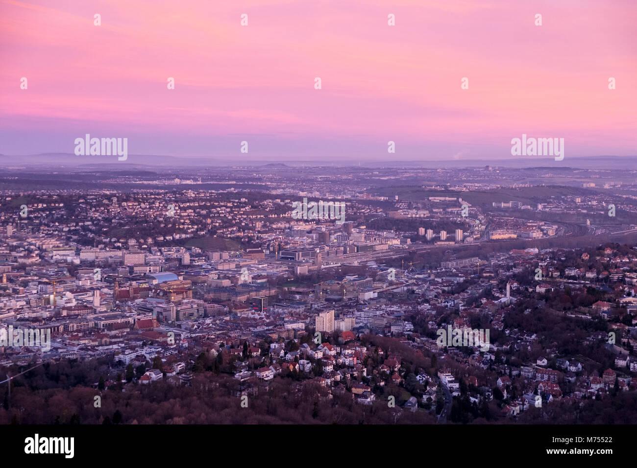 Vista aérea da cidade de Stuttgart, em um belo nascer do sol visto da torre da televisão (Fernsehturm) Imagens de Stock