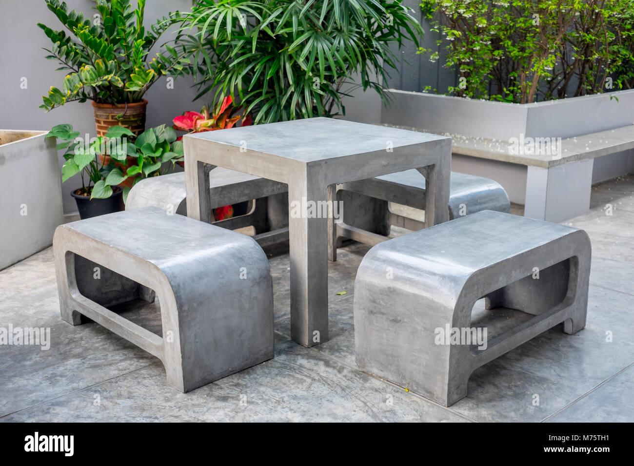 Mobiliario De Exterior De Concreto Situado No Pequeno Jardim - Bancos-para-exterior