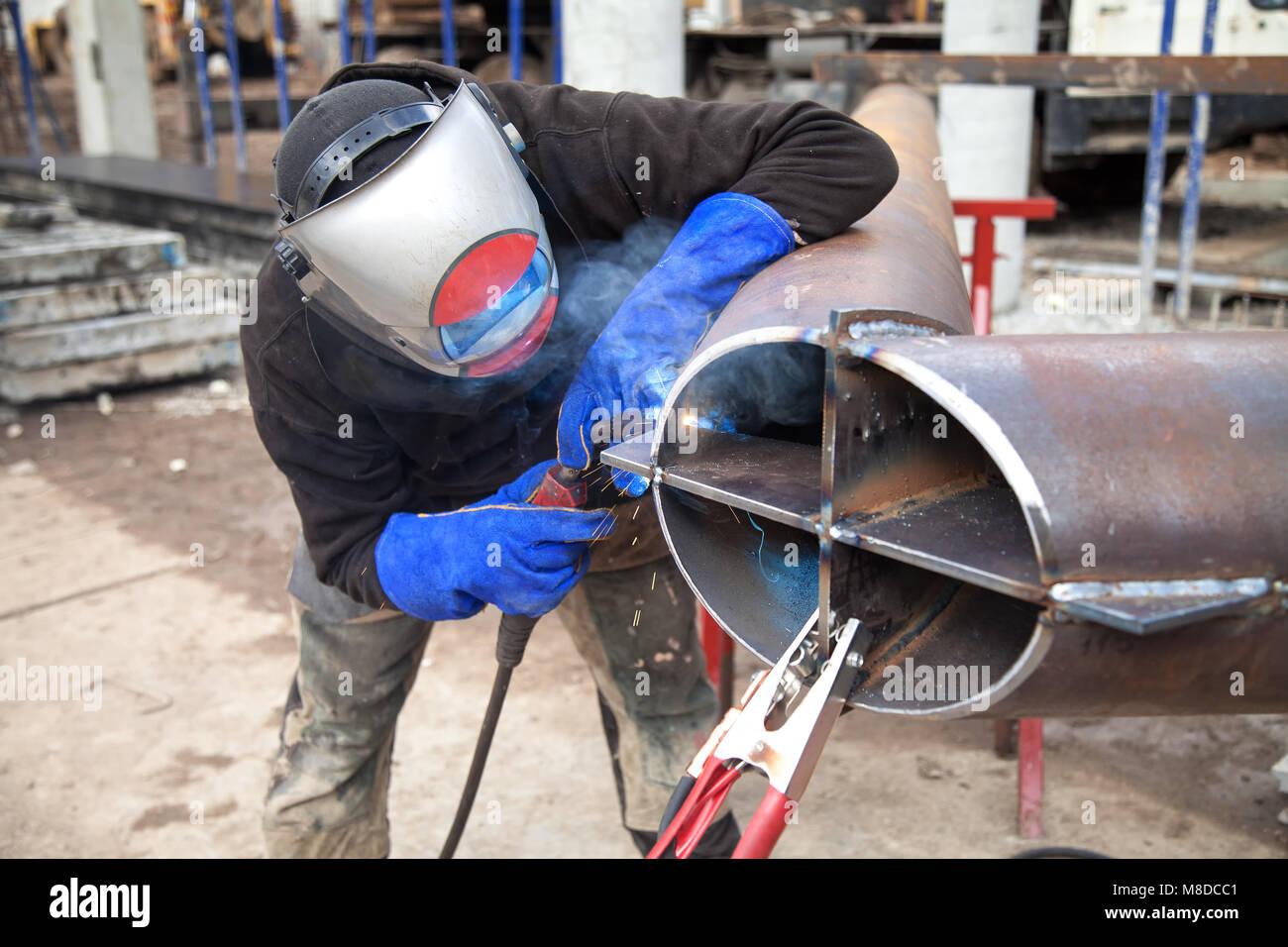 Trabalhos de soldadura, soldador soldar material metálico na indústria pesada fabricação, clipe Imagens de Stock