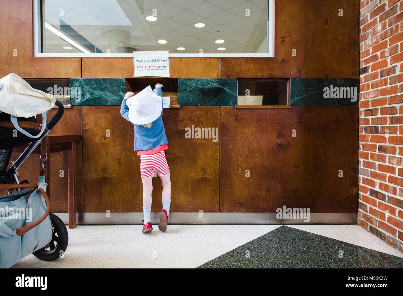 Menina ao lado de carrinho de bebê Imagens de Stock