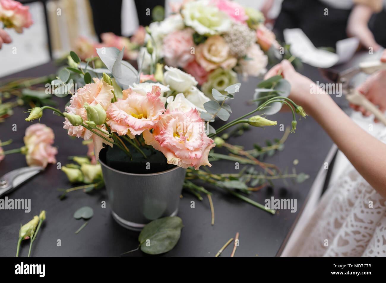 Master class em fazer buquês para as crianças. Bouquet de mola em metal vaso ornamental. Aprender a fazer belos arranjos florais, buquês com suas próprias mãos Imagens de Stock
