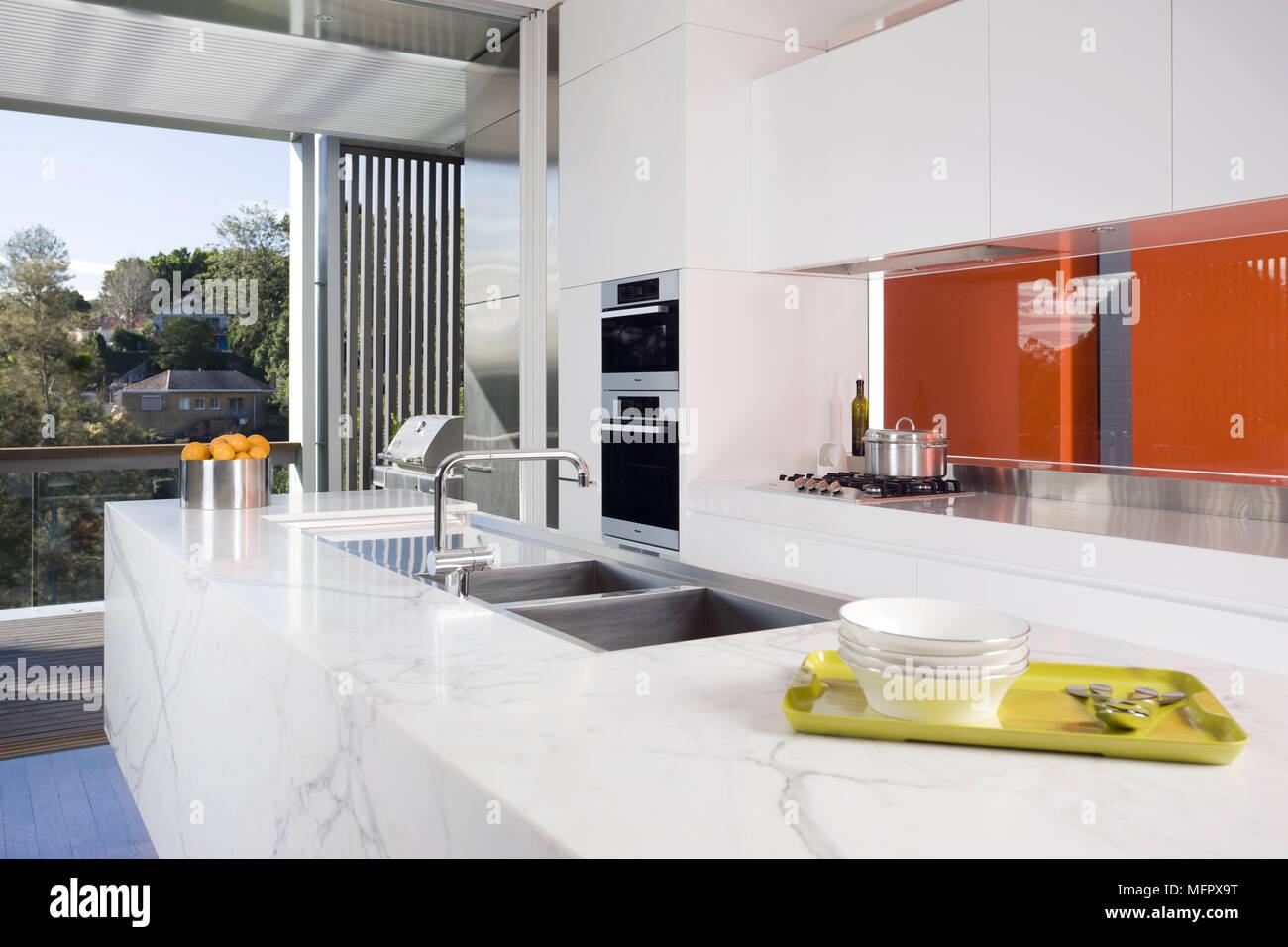 Conjunto Dissipador Na Unidade Central Na Moderna Cozinha Branca