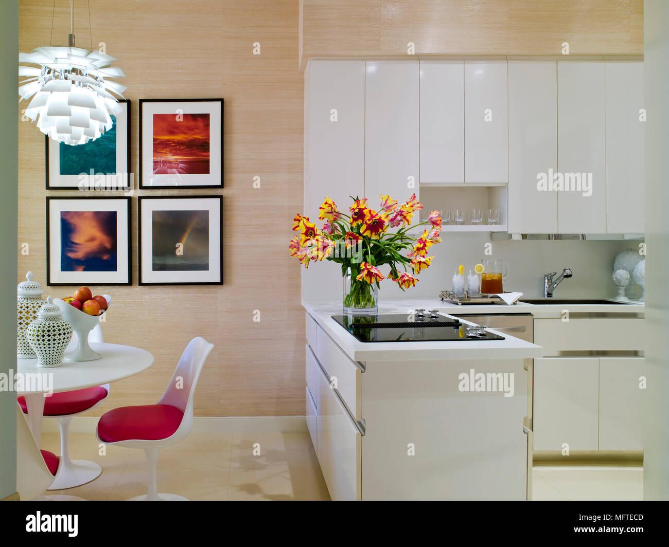 Eero Saarinen Mesa E Cadeiras Na Moderna Cozinha Em Plano Aberto