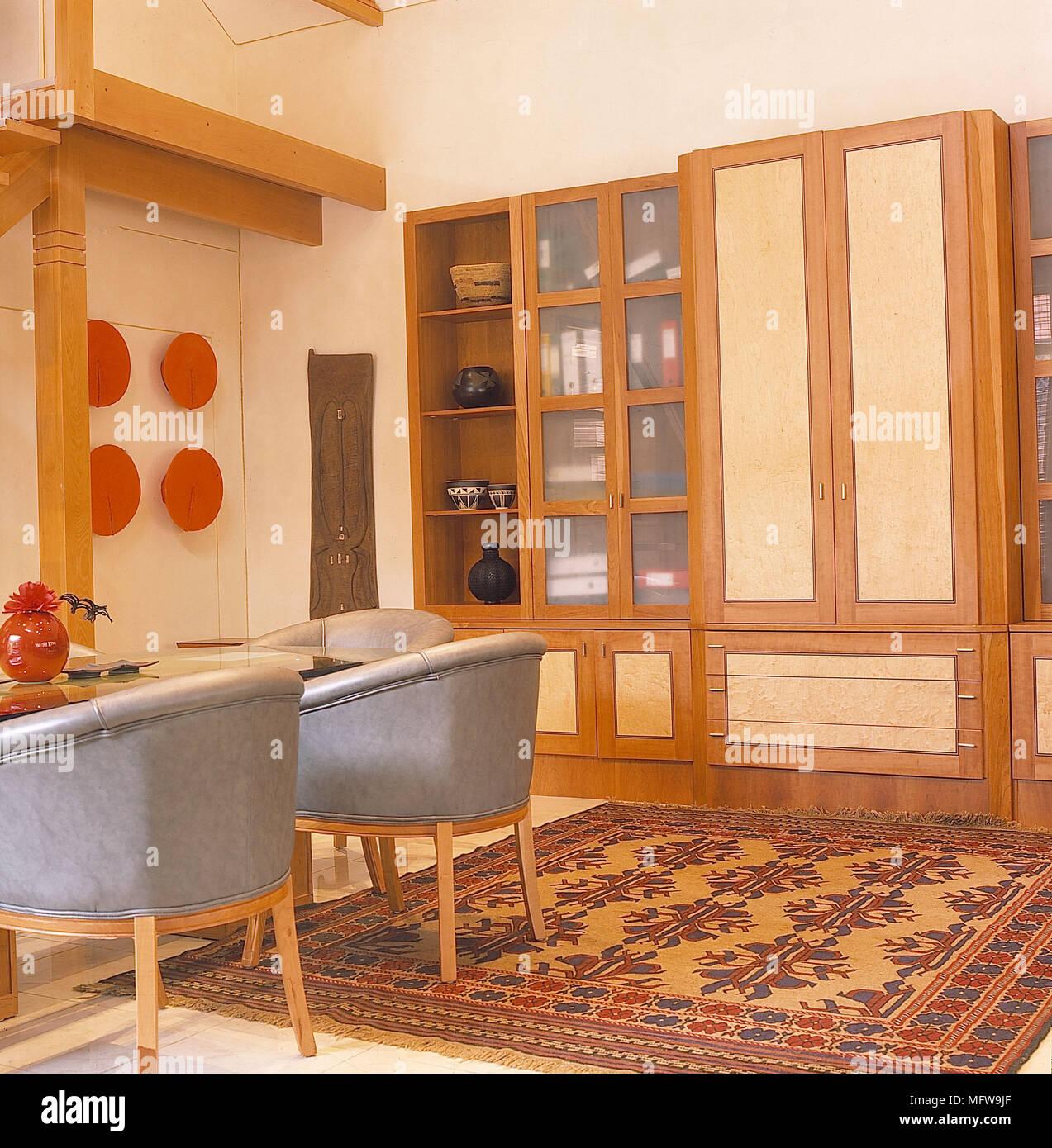 Sala De Paredes Brancas Detalhe Madeira Vidro Vitrinas Couro Cinzento  Cadeiras De Hidromassagem Interiores Tapete Moderno