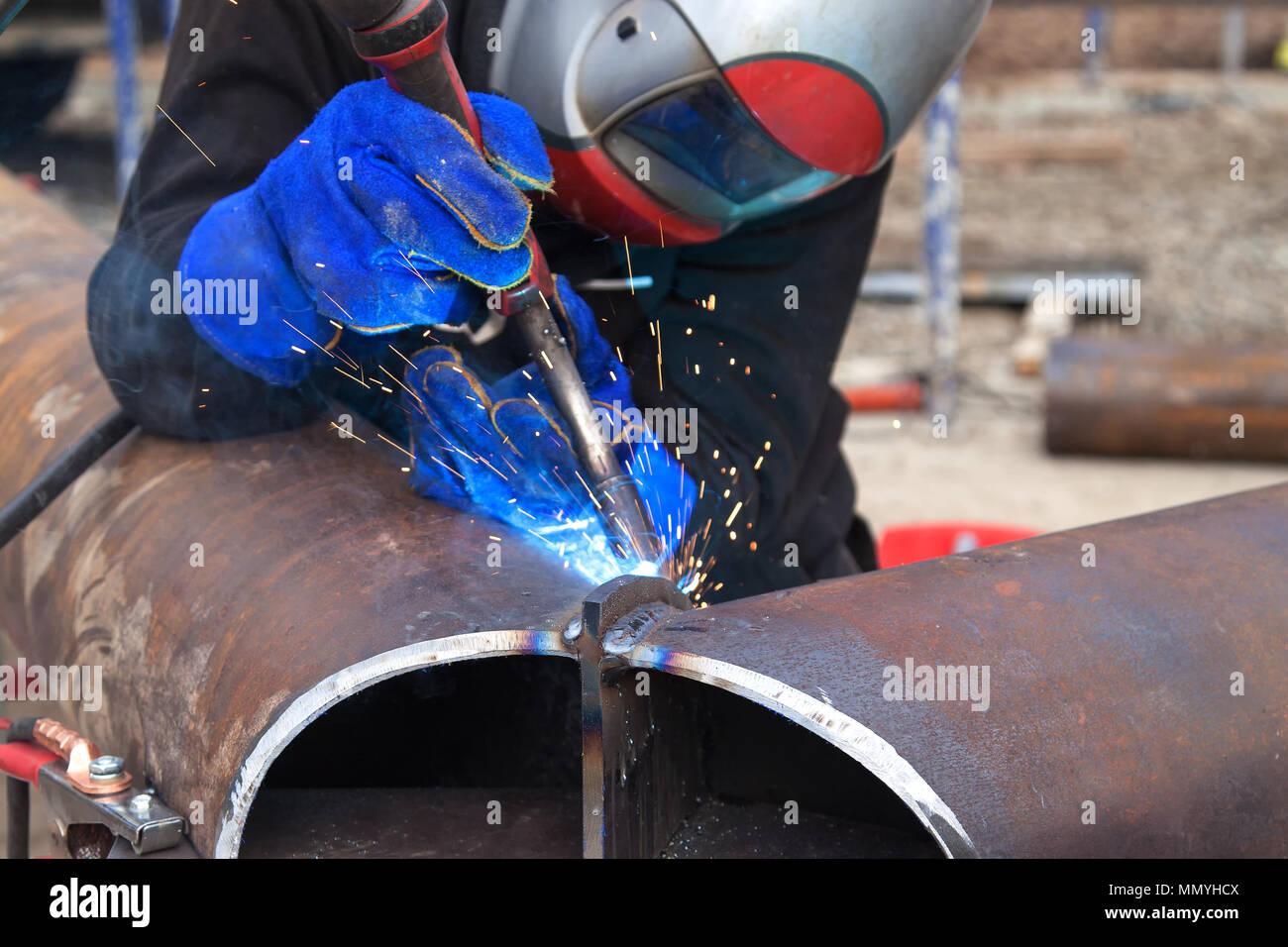 Trabalhos de soldadura, soldador soldar material metálico na indústria pesada fabricação, clipe de vídeo Imagens de Stock