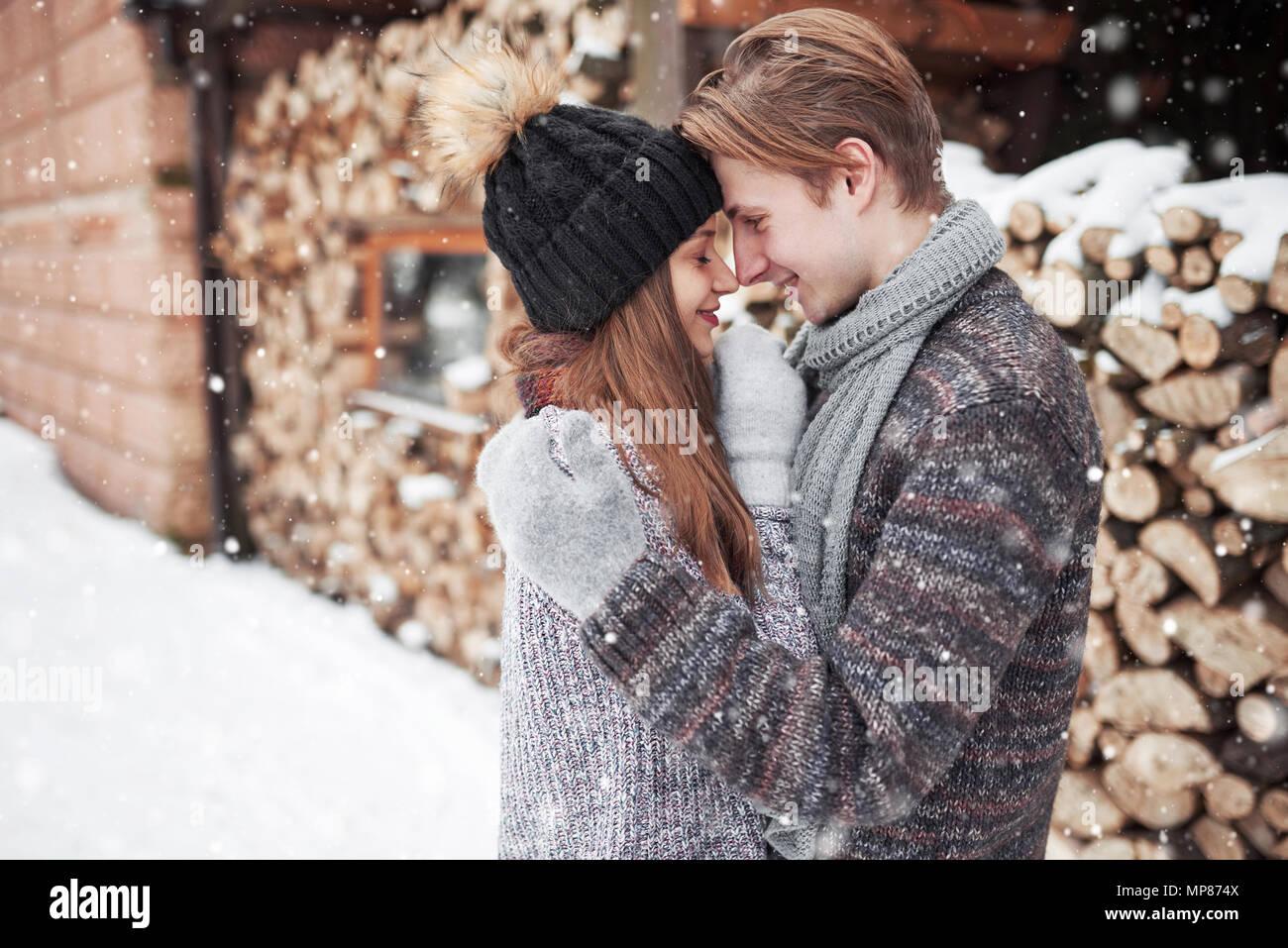Christmas happy couple in love abraçar no frio de inverno com neve, floresta, espaço de cópia, festa de ano novo celebração, feriado e férias, viagens, amor e relações Imagens de Stock