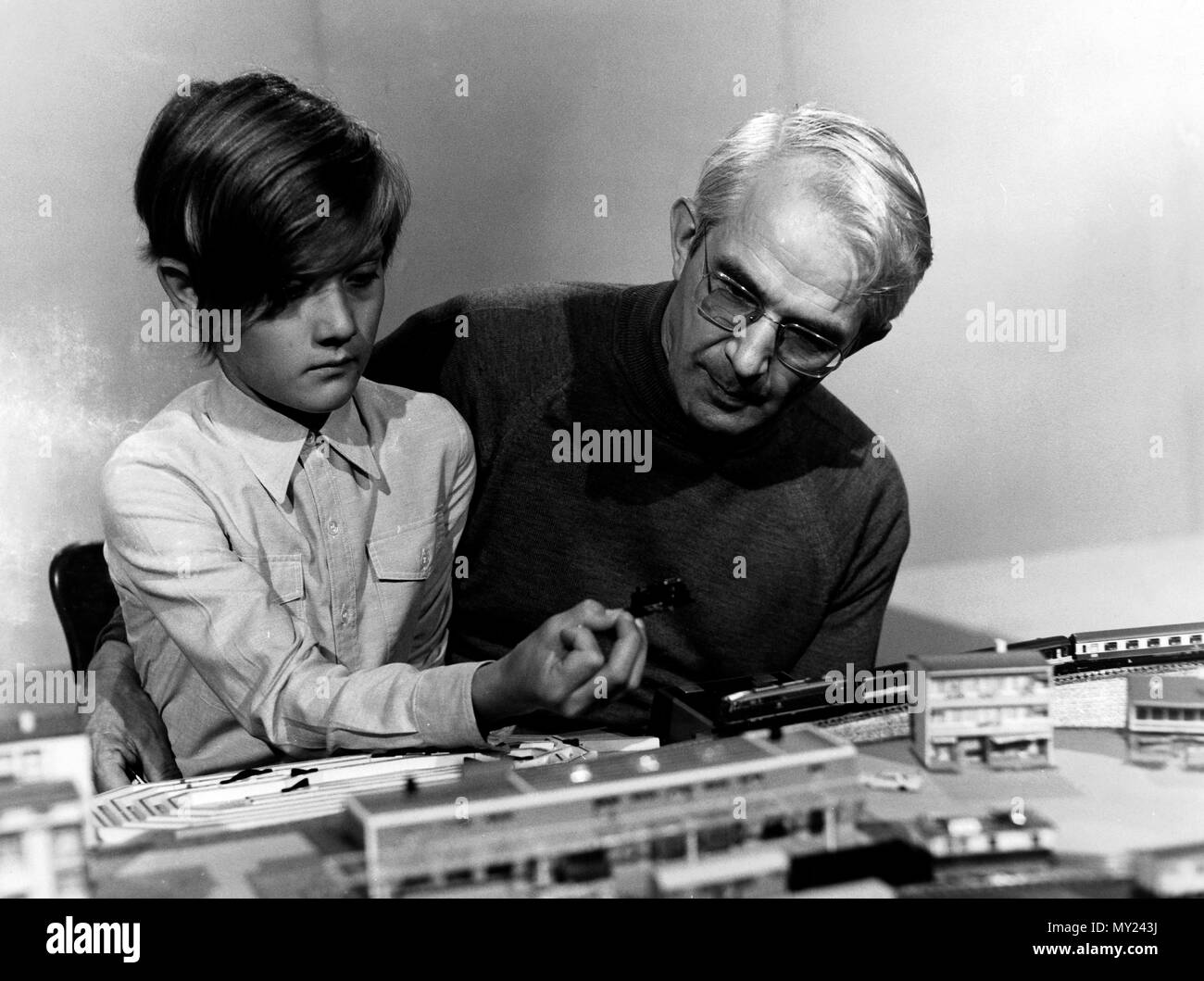 Plumpaquatsch, Kinderunterhaltungssendung, Deutschland 1972 - 1975, Mitwirkende: Friedrich Karl Ries mit Modelleisenbahn Imagens de Stock