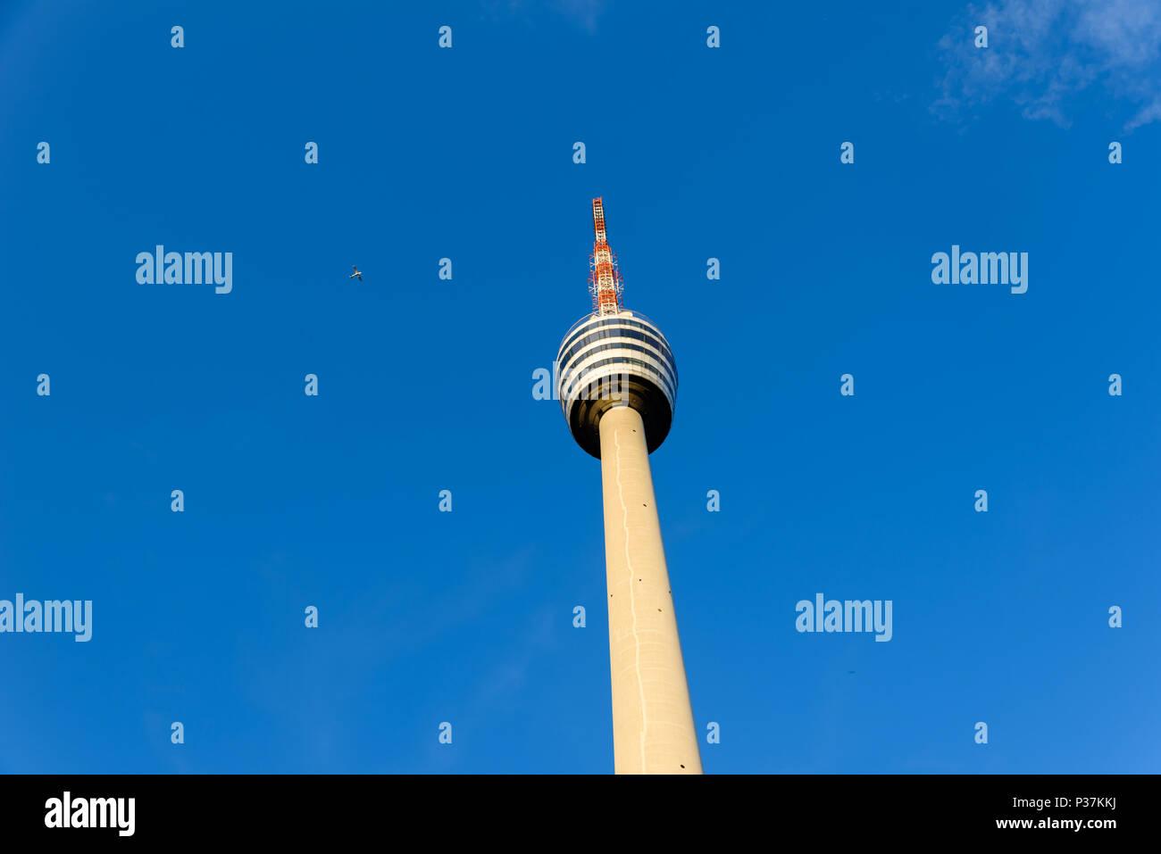 A Torre de Televisão em Stuttgart, Alemanha - primeiro a torre de televisão do mundo - Avião no fundo Imagens de Stock
