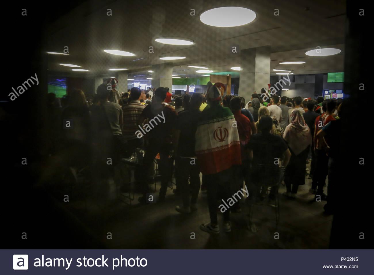 8d1f96d6a2 Os fãs assistir 2018 FIFA World Cup group B match entre o Irão e a Espanha  em Junho 20