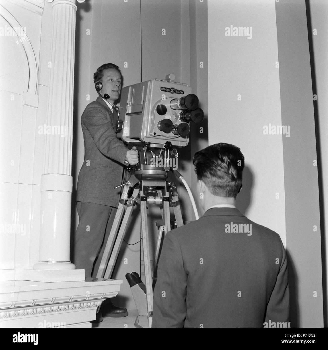 A primeira transmissão de celebrações do Dia da independência da Finlândia, 6,12.1957. Esta foto foi tirada na residência presidencial em Helsínquia. Cameraman Pentti Valkeala está testando Alemão Orthicon Fernseh GmbH tipo de câmera, KIO. Imagens de Stock