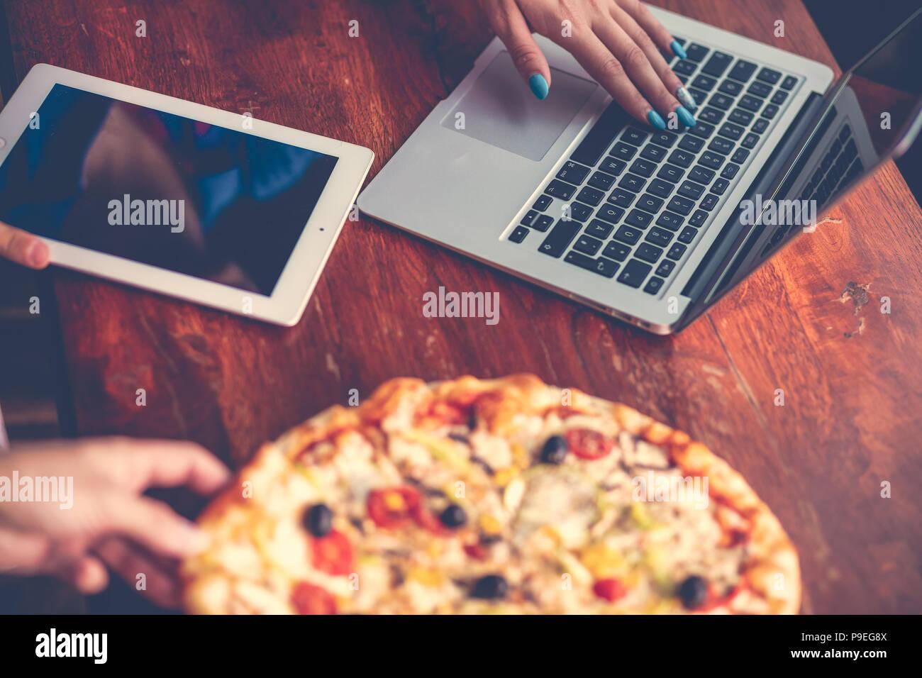 Combinação de desktop com o office gadgets, suprimentos e pizza em on