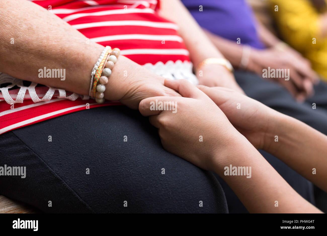 Old mulher e criança segurando a mão Imagens de Stock