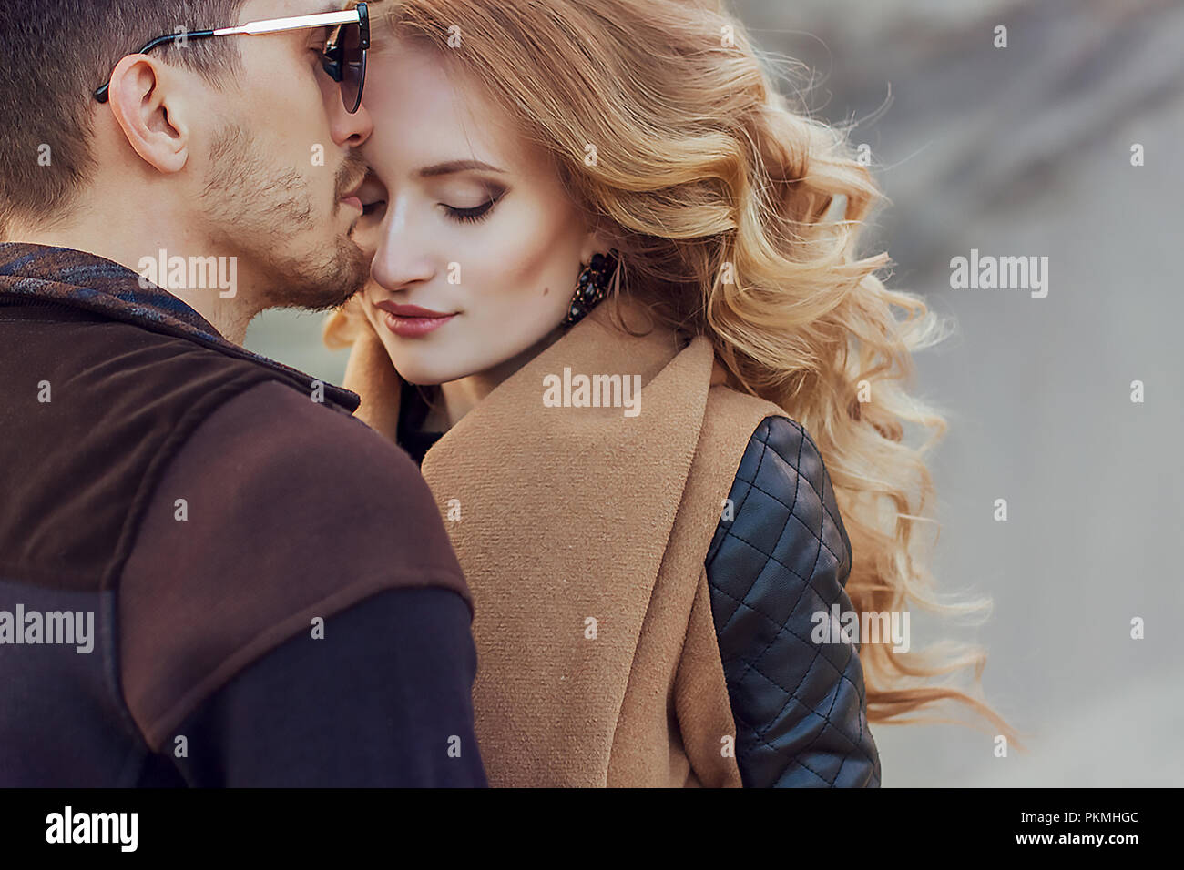 Belo par de amor no Dia dos Namorados. Feliz Casal jovem andando sobre as montanhas de areia em um dia nublado Imagens de Stock