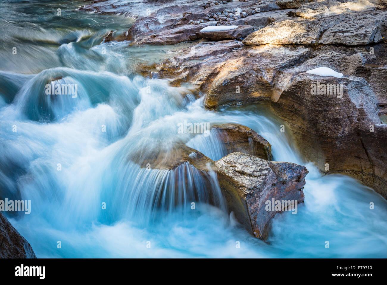 Nigel Creek é um fluxo curto localizado nas Montanhas Rochosas de Alberta, Canadá. Imagens de Stock