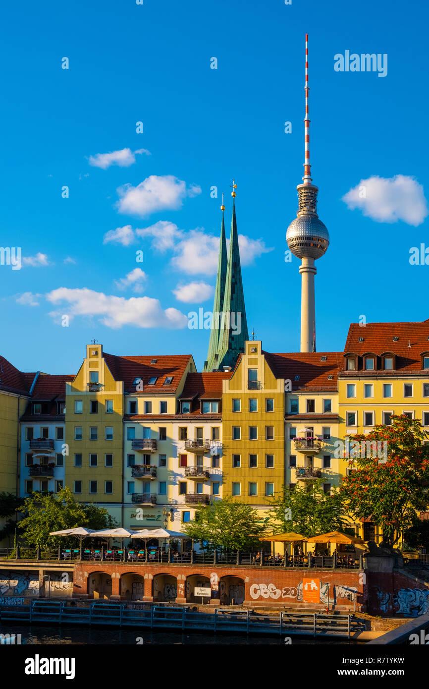 Berlim, Berlim / Alemanha - 2018/07/24: vista panorâmica do histórico bairro Mitte de Berlim pelo rio Spree com Torre de Televisão - fernseh Imagens de Stock