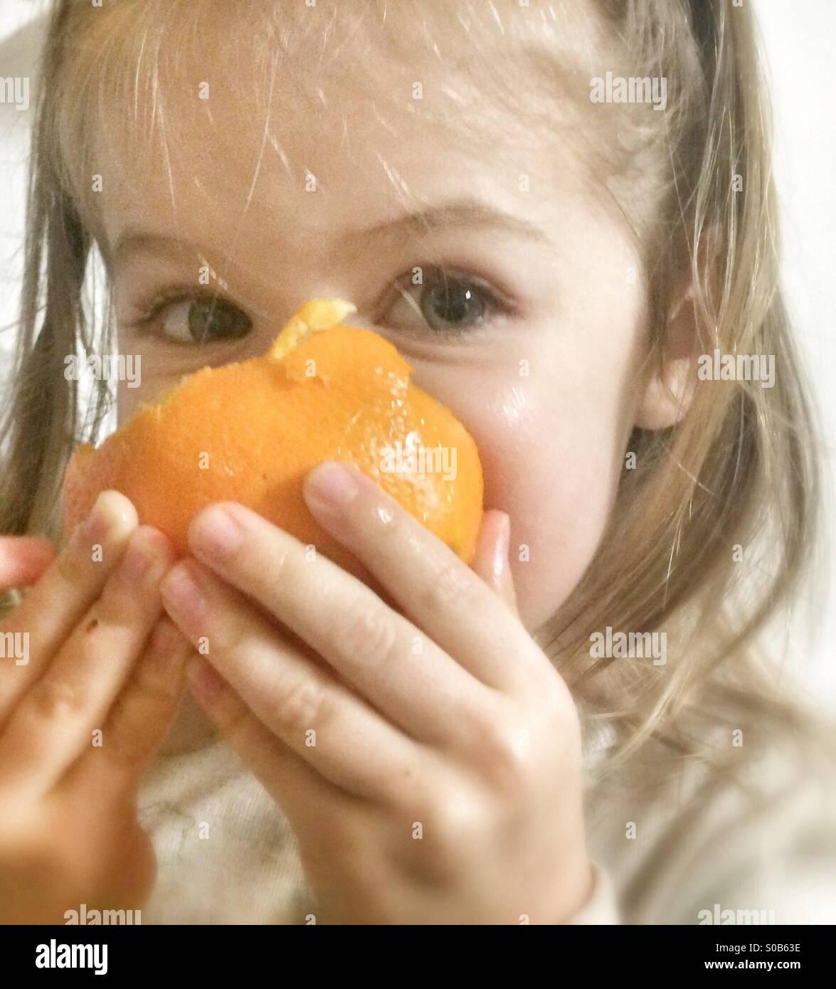 Toddler come a laranja Imagens de Stock