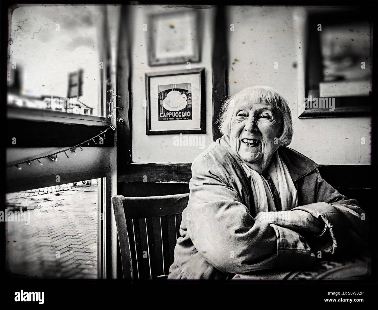A avó olhando para fora da janela Imagens de Stock