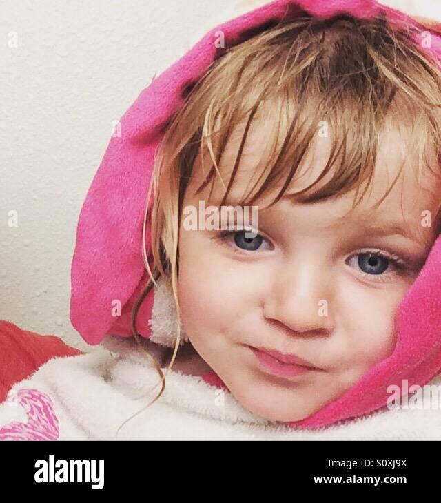 Toddler obtendo seco após o seu banho Imagens de Stock