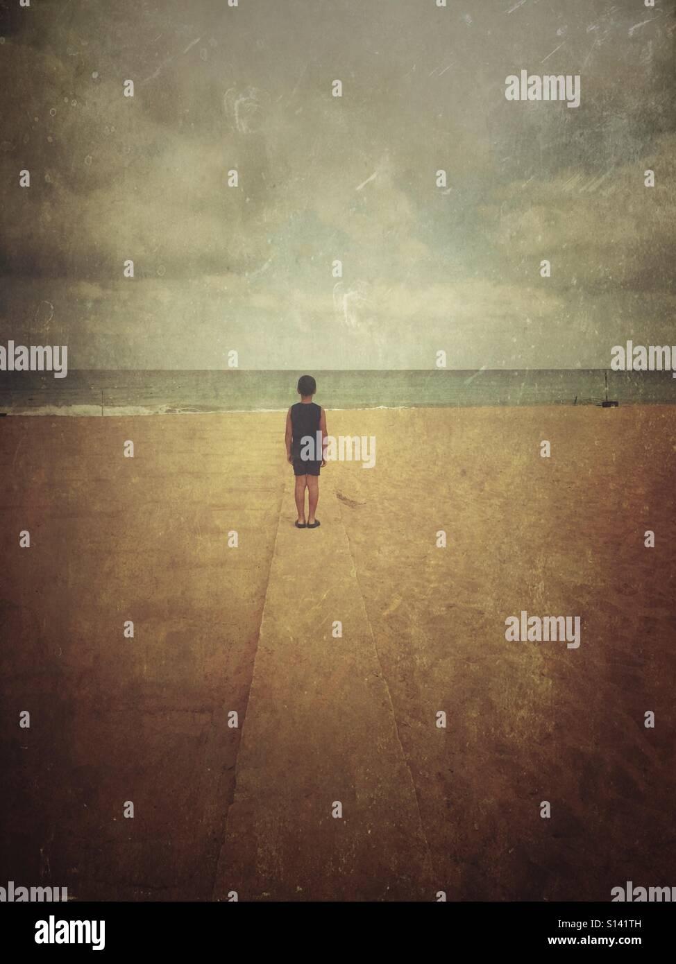 Lone rapaz na praia Imagens de Stock