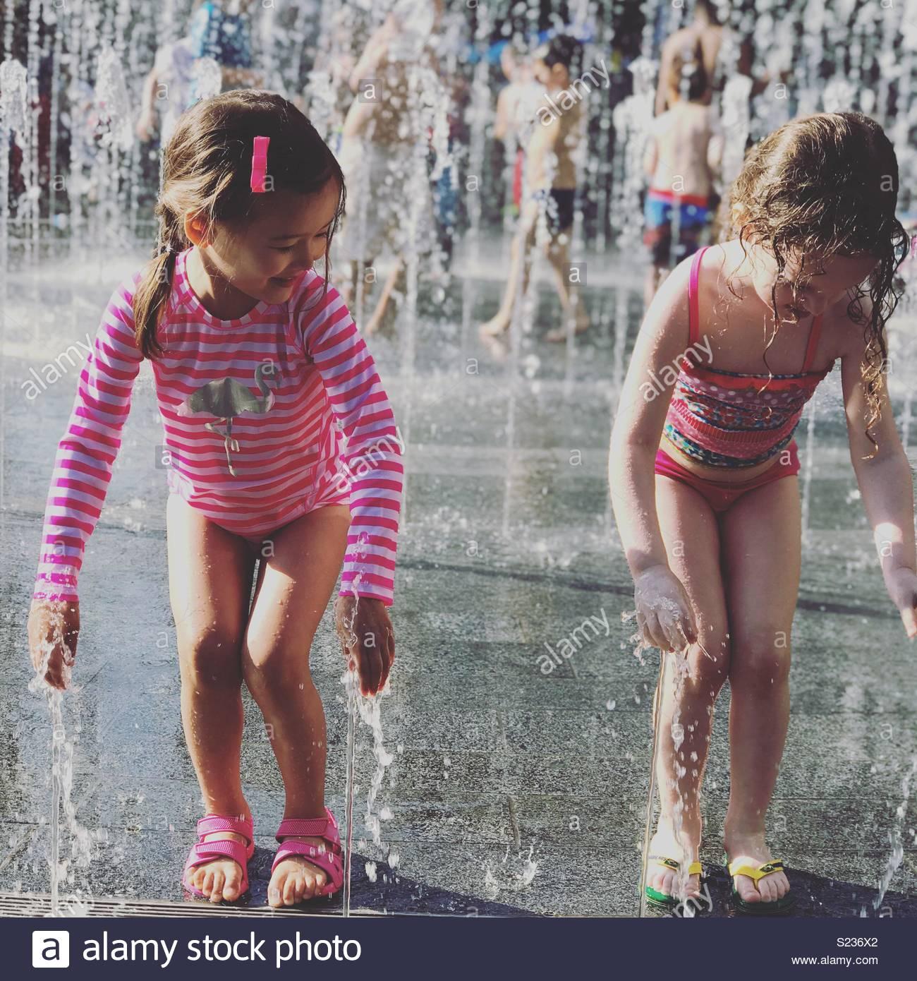 Depois da escola splash durante um mini-onda de calor em Londres Imagens de Stock