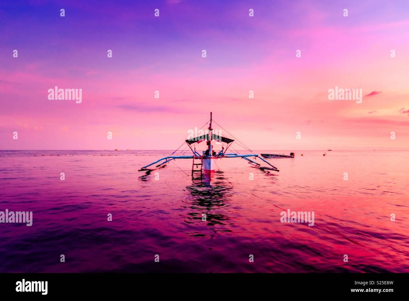 Pôr do sol na praia de Morong, Manila, Filipinas Imagens de Stock