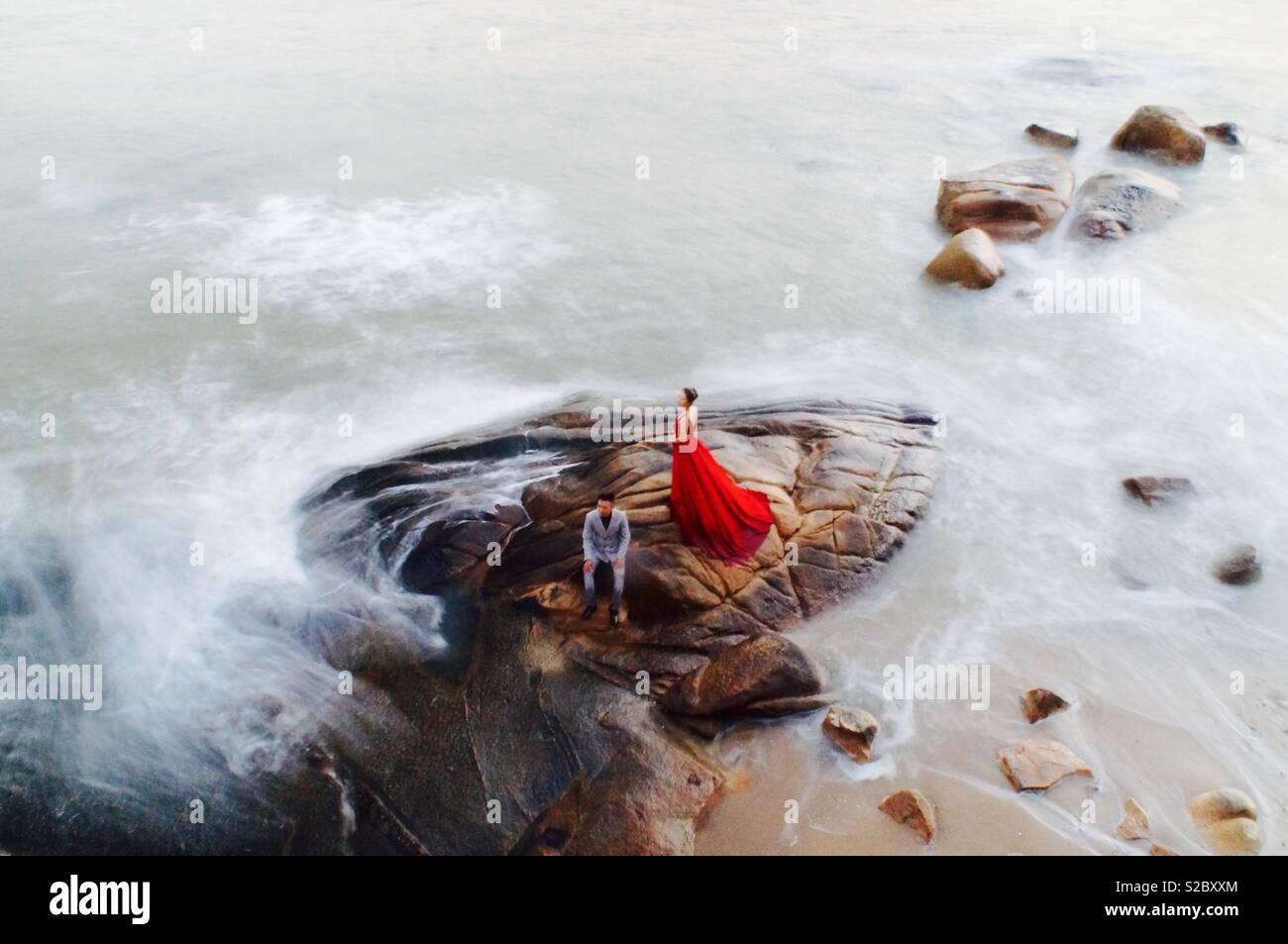 Casais tendo seu casamento fotos tiradas em Xiamen praia, ao longo da costa de Fujian, China Imagens de Stock
