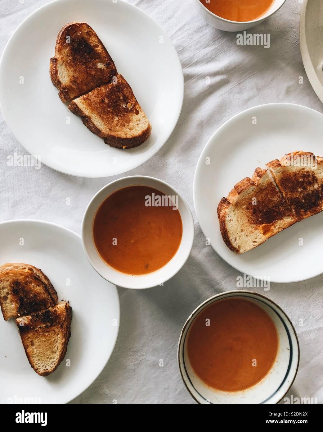 Sopa de tomate e queijo grelhado Imagens de Stock