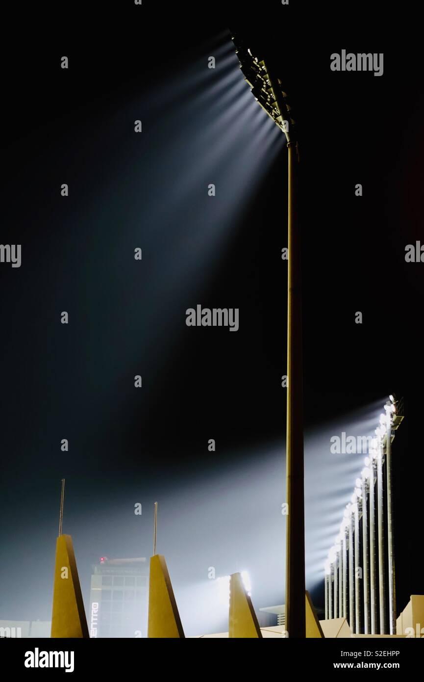 Estádio de noite. Holofotes poderosos Imagens de Stock