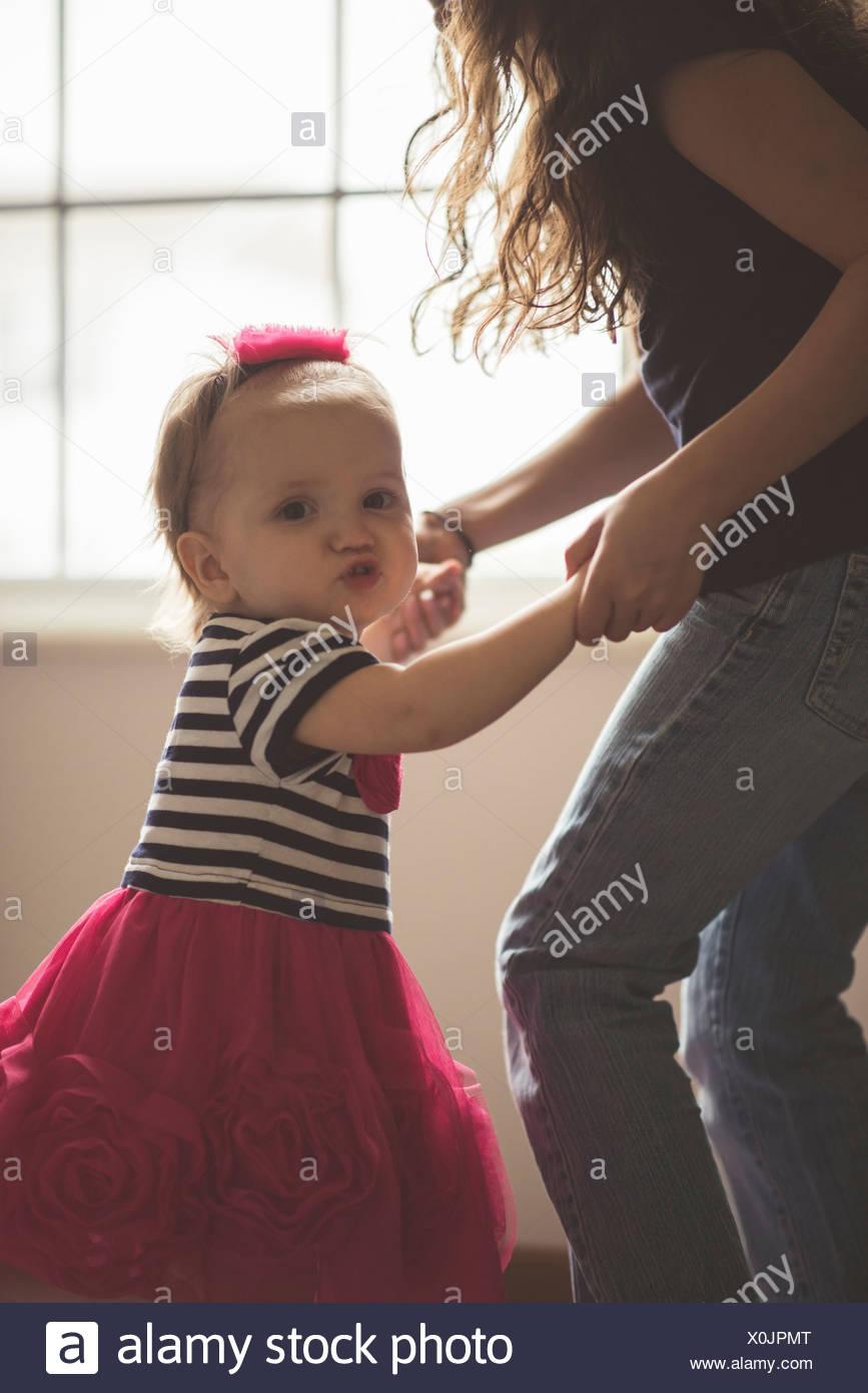 Crianças do sexo feminino a dançar com a irmã na sala de estar Imagens de Stock