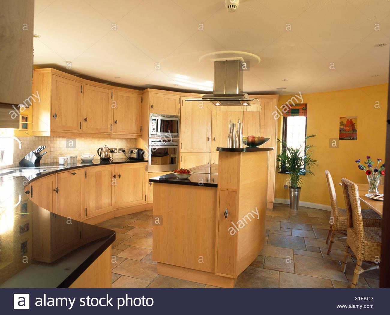 Unidade De Ilha Em Amarelo Cozinha Equipada Com Palidez De Madeira