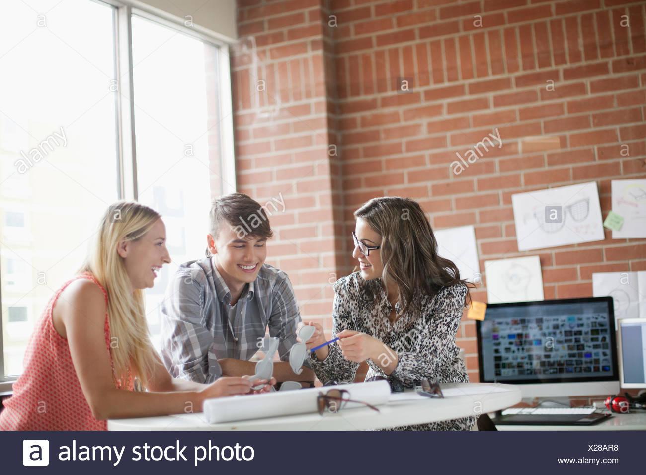 Os jovens designers industriais trabalhando juntos Imagens de Stock