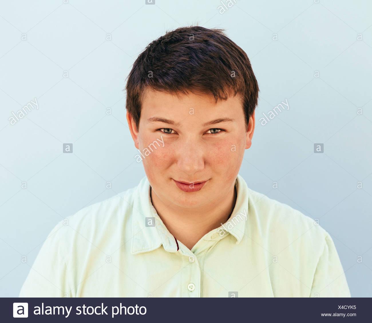 Retrato de um adolescente com curto cabelo preto. Imagens de Stock