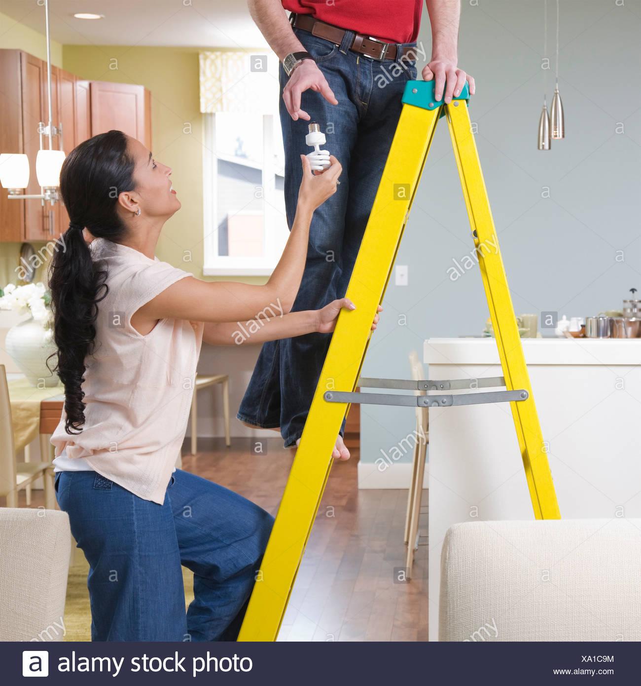 Mulher ajudar o homem com melhorias em casa Imagens de Stock