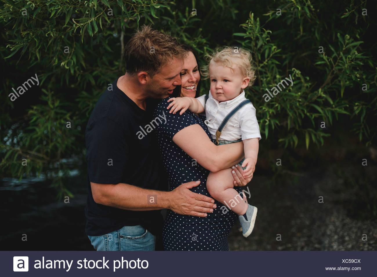 Casal grávida carregando filho toddler Imagens de Stock