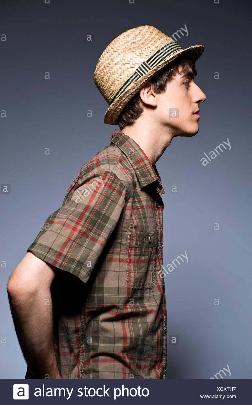 Jovem vestindo hat e curto camisa de manga comprida, perfil Imagens de Stock