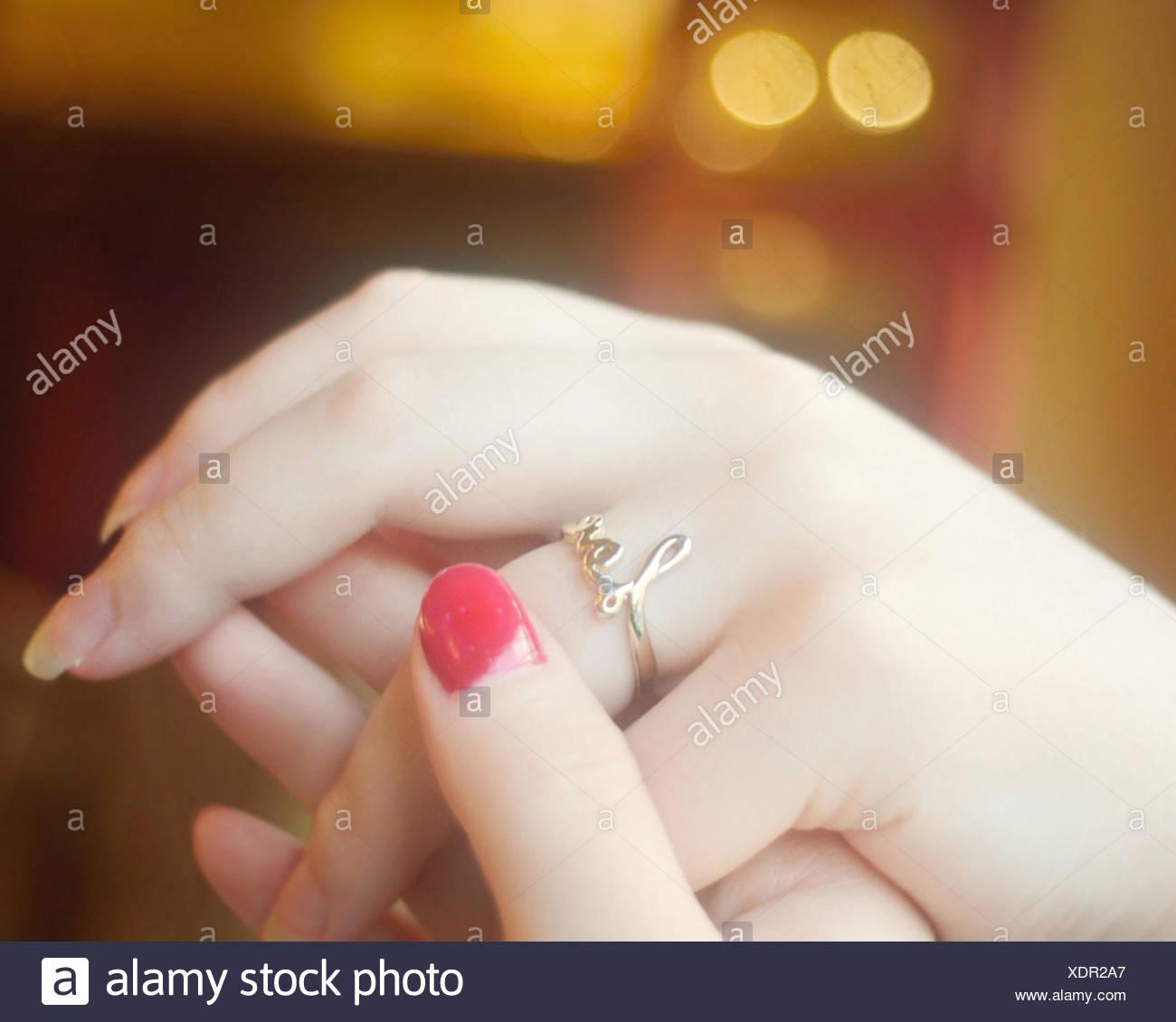 Vista das mãos com anel de amor Imagens de Stock