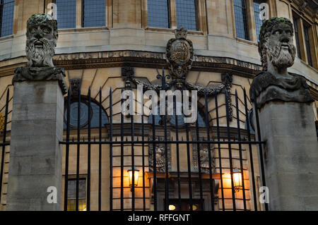View of the emperors in front of the Sheldonian theatre in Oxford - Stock Image