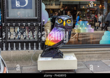 The wise renewab-owl  part of Minervas owl trail in the city of Bath.  This owl sponsored by Pure Plantet - Stock Image