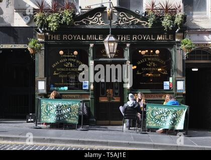 The Royal Mile Tavern, one of many traditional public houses in Edinburgh's old town, Scotland, UK, Europe - Stock Image