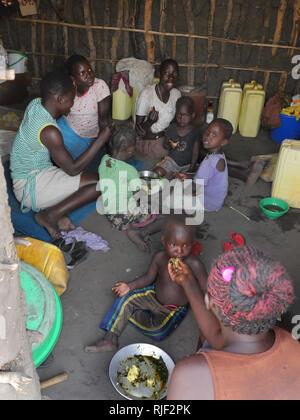 UGANDA - Palabek refugee settlement.  Daily scenes of refugees. Family eating meal - Stock Image