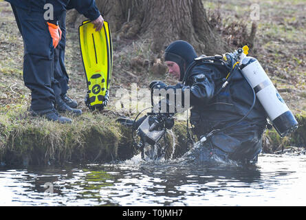 Wolzig, Germany. 20th Mar, 2019. A police diver comes from the water of Lake Storkow near the mouth of Lake Wolziger See in the district of Dahme-Spreewald. On the same day the search for Rebecca continued. Police divers from Berlin are also on duty. Credit: Patrick Pleul/dpa-Zentralbild/ZB/dpa/Alamy Live News - Stock Image