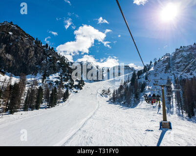 View of Chairlift 'Vitelli', going to the top of the 'Canalone Franchetti' slope on mount Faloria in Cortina d'Ampezzo, Dolomites, Italy. - Stock Image