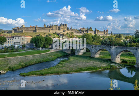 Carcassonne with the The Aude running under the Pont Vieux (Old Bridge) with its  fortified city and hilltop town in the background, Aude, Occitanie - Stock Image