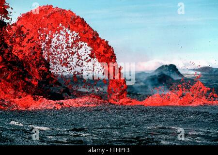 An arching fountain of a Pahoehoe lava approximately 10 meters high shooting out from the western end of the 0740 - Stock Image