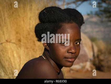Nguendelengo tribe woman with the traditional hairstyle, Namibe Province, Capangombe, Angola - Stock Image