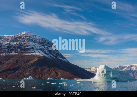Greenland. Scoresby Sund. Gasefjord. Iceberg and snowy mountains - Stock Image