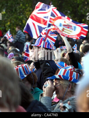 London, UK. June 4, 2012. Patriotic fans enjoy the Concert to celebrate The Queen's Diamond Jubilee on the big - Stock Image